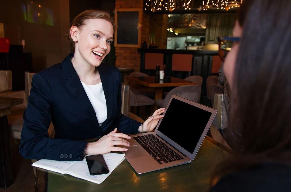 žena s mobilem a notebookem