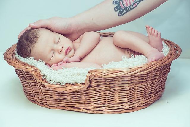 miminko v košíku