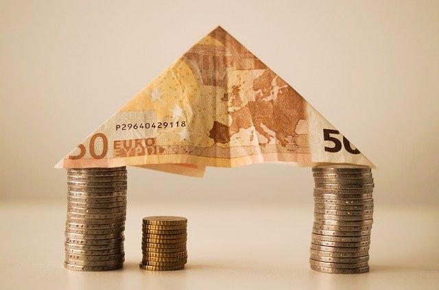 domek z mincí a bankovky.jpg