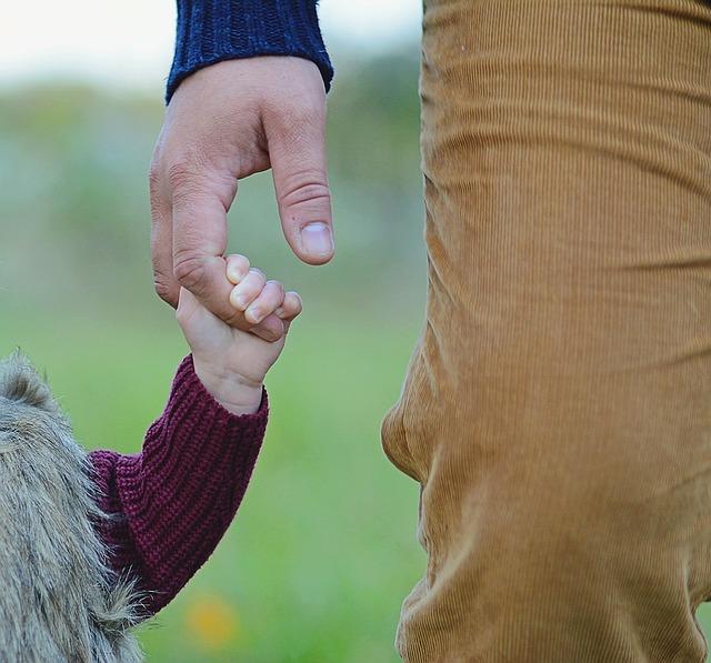 ruka táty a dcerušky